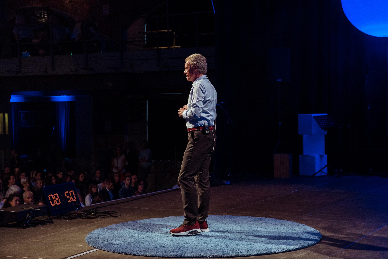 Redner auf großer Bühne